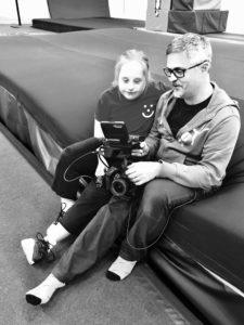Ida och Jörgen tittar på en tagning från dagens filminspelning av Idas träningsskola.